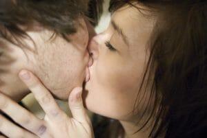 cómo dar un beso francés