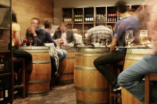 el vino y la cerveza en la vida sexual nos ayuda en los bares