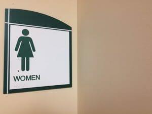 por qué las mujeres van juntas al baño